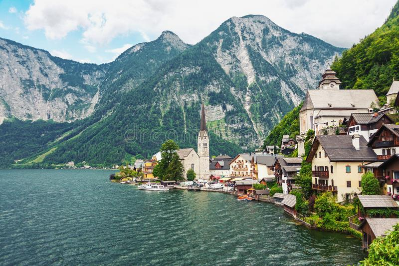 Aldeia da montanha pitoresca Hallstatt nos cumes austríacos imagem de stock
