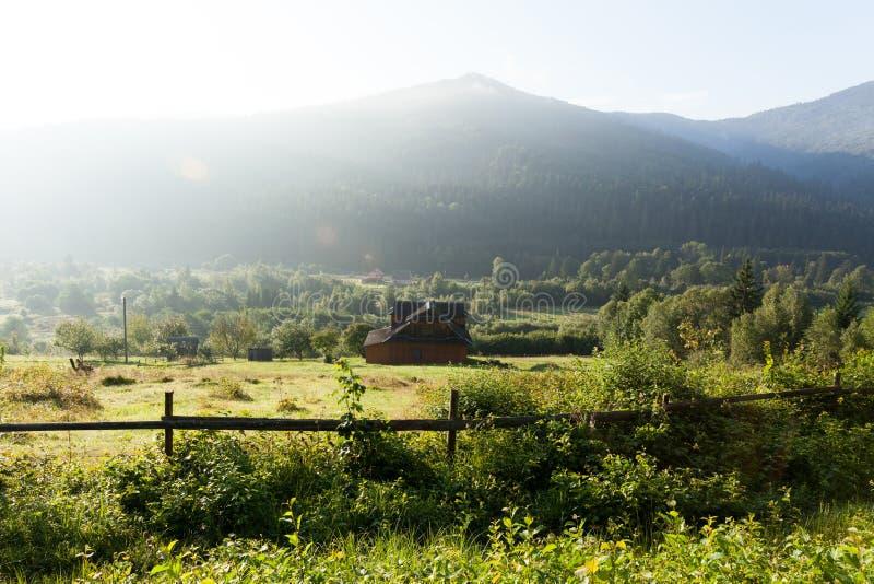 Aldeia da montanha rural de Ucrânia Carpathians, lugar do feriado foto de stock
