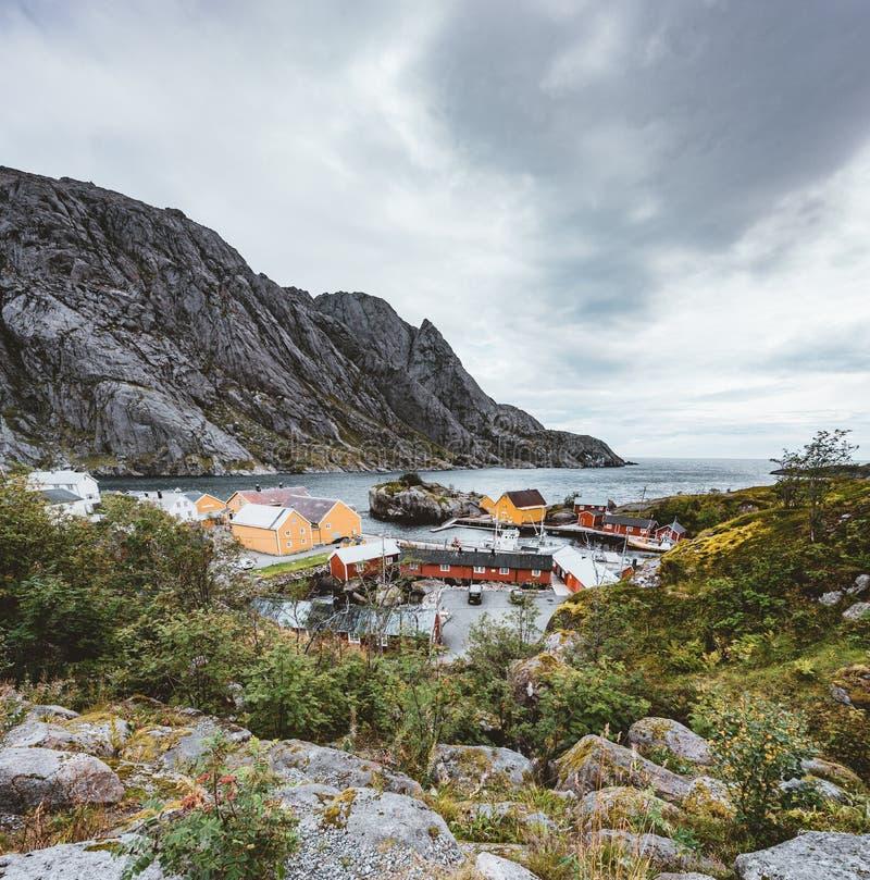 Aldeia piscatória autêntica de Nusfjord com as casas vermelhas tradicionais do rorbu no outono Consoles de Lofoten, Noruega imagem de stock royalty free