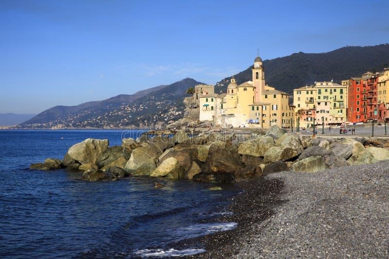 A aldeia piscatória de Camogli, golfo de Paradise, parque nacional de Portofino, Genebra, Liguria, Itália fotografia de stock royalty free