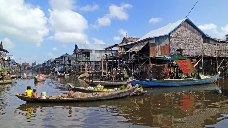 Aldeia piscatória de flutuação em Cambodia fotografia de stock