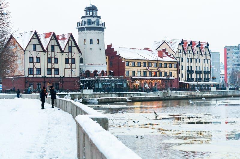 Aldeia piscatória do distrito em Kaliningrad, arquitetura da cidade do inverno imagem de stock
