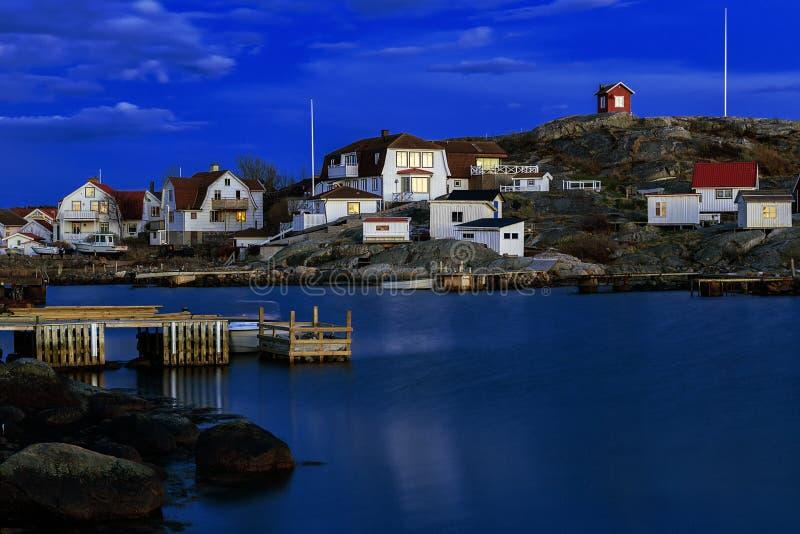 Aldeia piscatória idílico na costa oeste sueco na noite imagem de stock