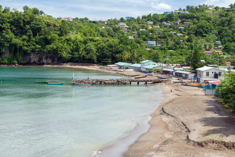 Aldeia piscatória na costa do mar das caraíbas, ilha St Lucia fotos de stock royalty free