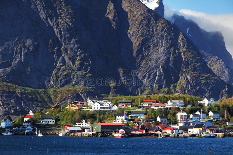 Aldeia piscatória norueguesa com as cabanas vermelhas tradicionais do rorbu, Reine fotografia de stock royalty free