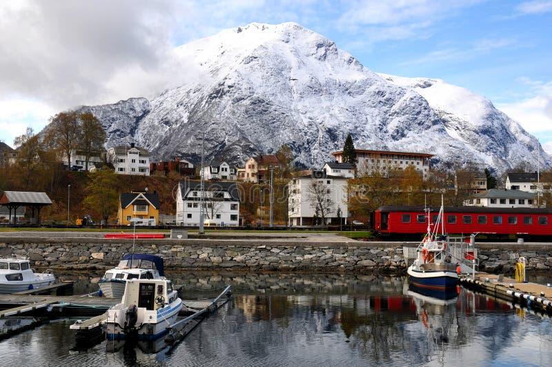 Aldeia piscatória pequena, fjord, Noruega fotos de stock