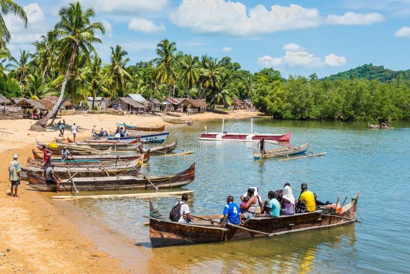 A aldeia piscatória tradicional em intrometido seja ilha com esconderijo subterrâneo de madeira imagem de stock royalty free