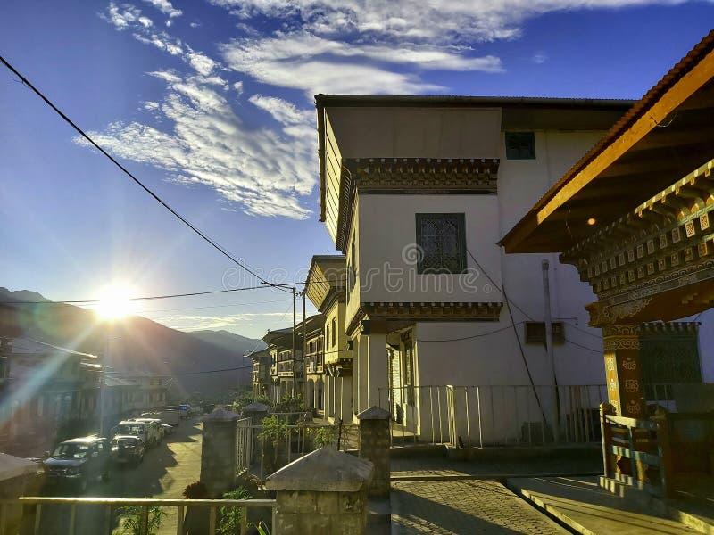 Aldeia remota na visão matinal do reino de himalaya fotos de stock