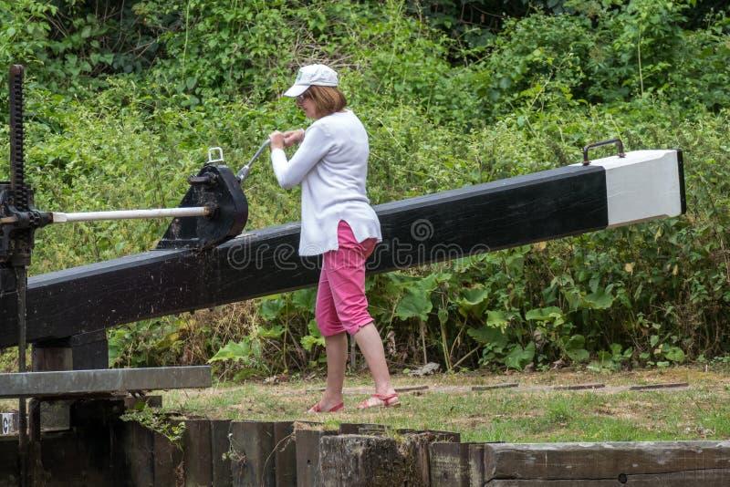 ALDERMASTON, BERKSHIRE R-U - 5 JUILLET : Serrure fonctionnante de femme sur photographie stock libre de droits