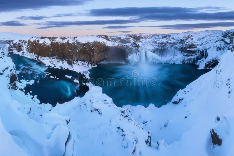 Aldeyjarfoss no norte de Islândia perto de Godafoss e de uma das características as mais interessantes da cachoeira foto de stock