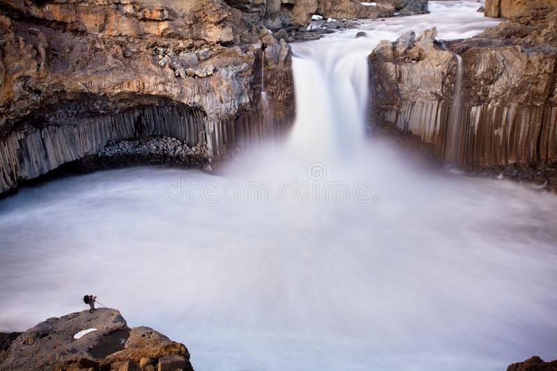 Aldeyjarfosswaterval bij zonsondergang - Meningen rond IJsland, Noordelijk Europa in de winter met sneeuw en ijs stock foto's