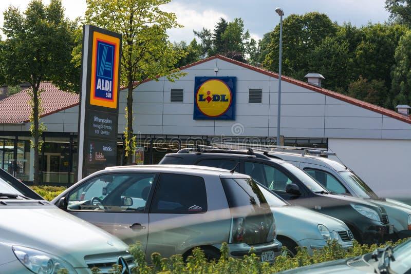 Aldi i Lidl supermarketa parking obrazy royalty free