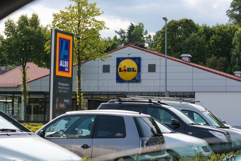Aldi i Lidl supermarketa parking obraz stock