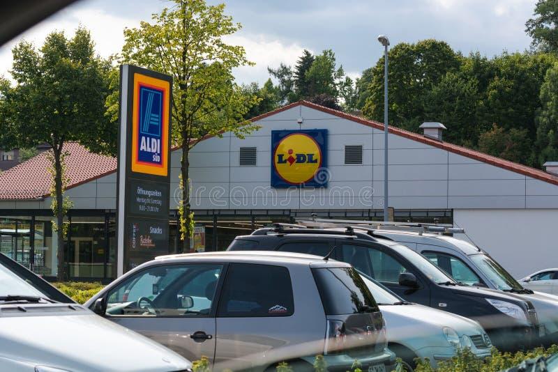Aldi i Lidl supermarketa parking zdjęcie royalty free