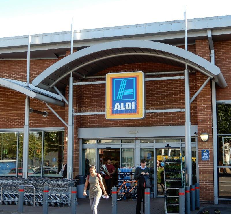 Aldi-Supermarkt-Eingang stockbilder