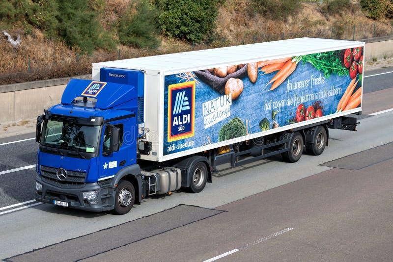 Aldi Vervolgde vrachtwagen op autosnelweg royalty-vrije stock foto's