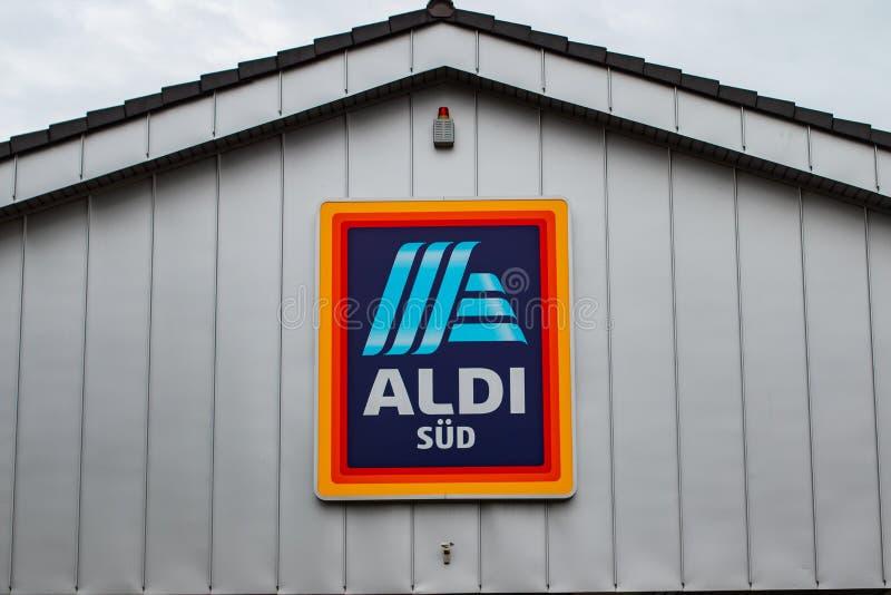 ALDI-Zuidenembleem op een gebouw stock afbeeldingen