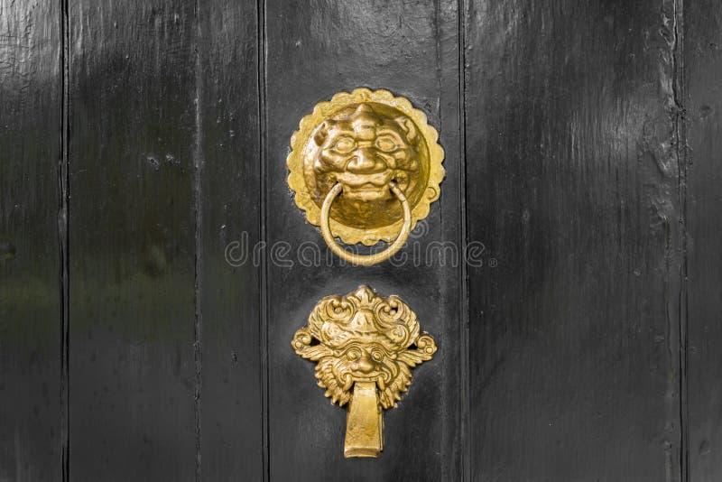 Aldrava de porta antiga do ouro ou do bronze ornamentado foto de stock royalty free