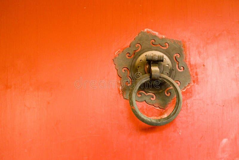 Aldrava de porta chinesa antiga do cobre da arquitetura imagens de stock