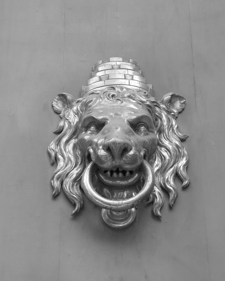 Aldrava de porta dada forma leão em Barcelona foto de stock