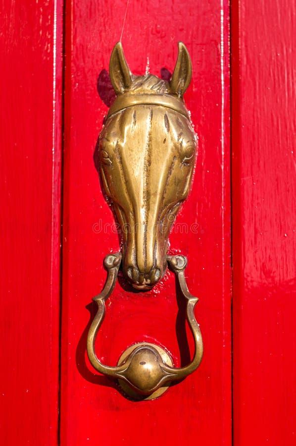 Aldrava de porta de bronze fotos de stock