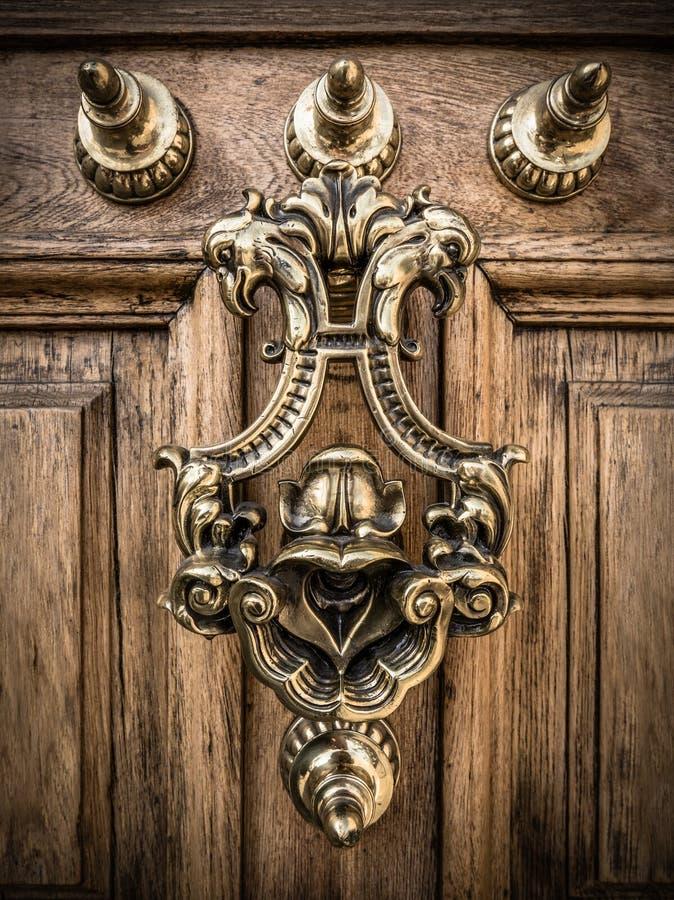 Aldrava de porta de bronze decorativa imagens de stock