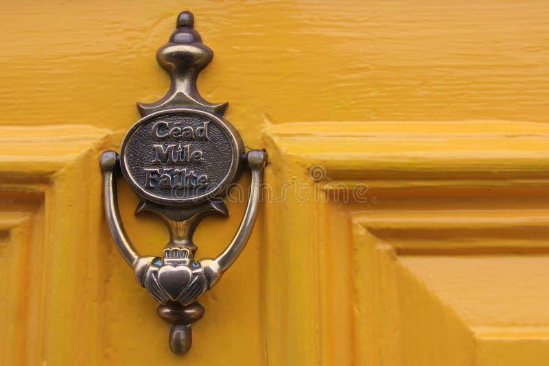 Aldrava de porta de bronze do ilte do ¡ do fà do mÃle de Céad foto de stock royalty free