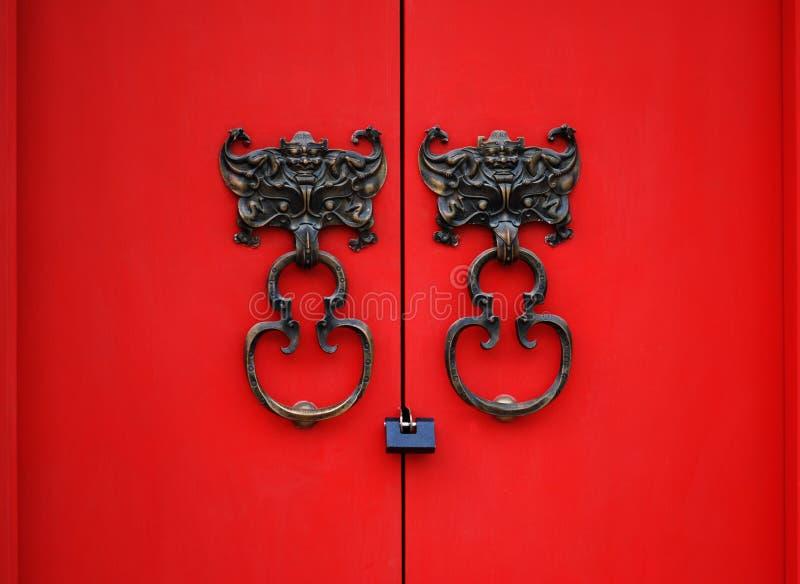 Aldrava de porta do bastão na porta vermelha imagens de stock royalty free