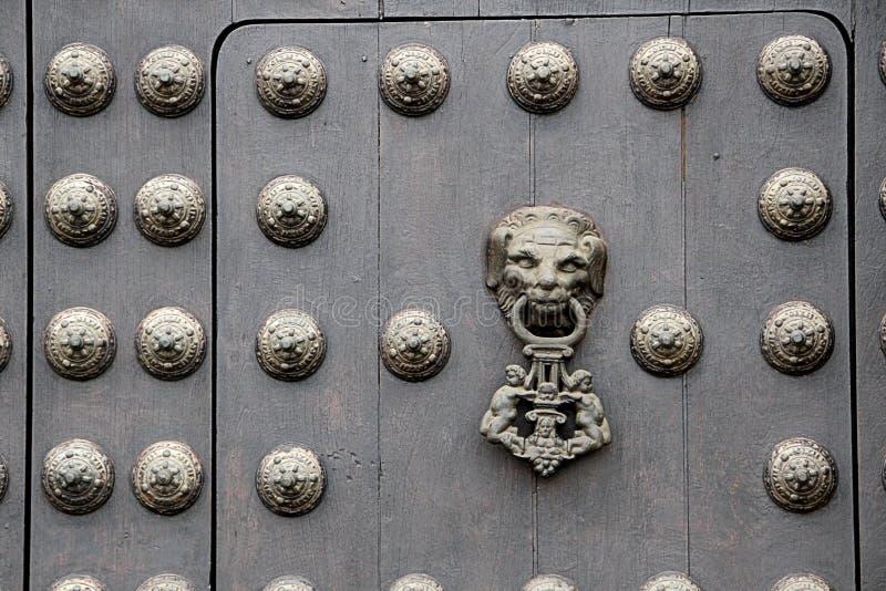 Aldrava de porta na porta de madeira pesada em uma igreja nos Andes foto de stock