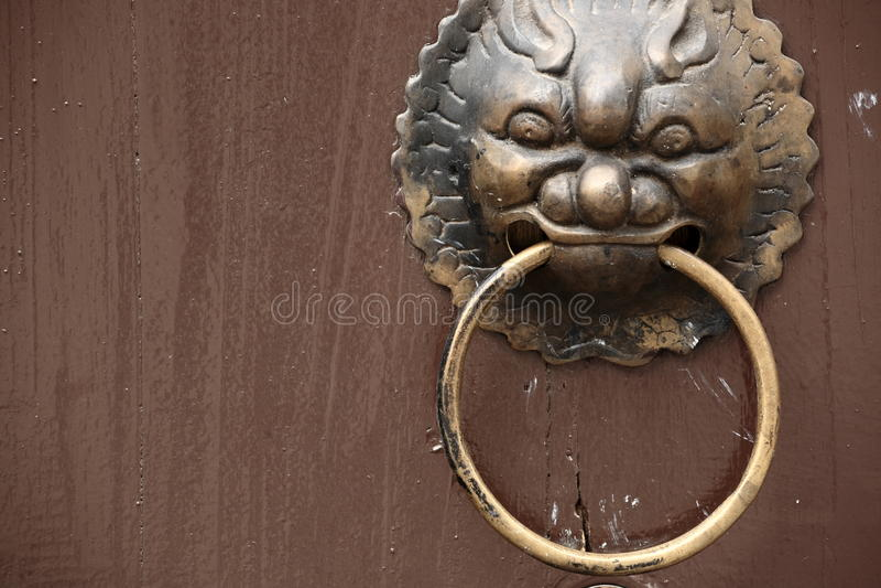 Aldrava de porta oriental antiga fotos de stock
