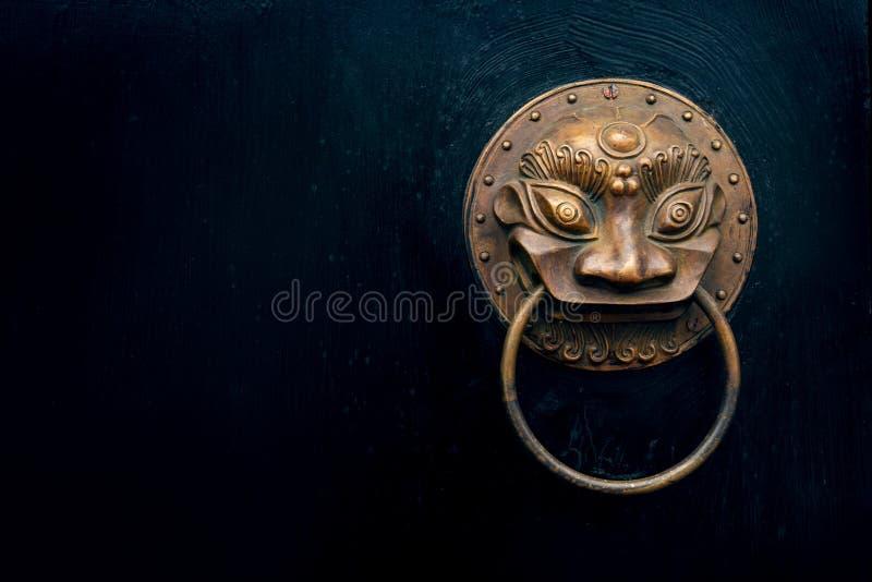 Aldrava de porta oriental antiga imagem de stock royalty free