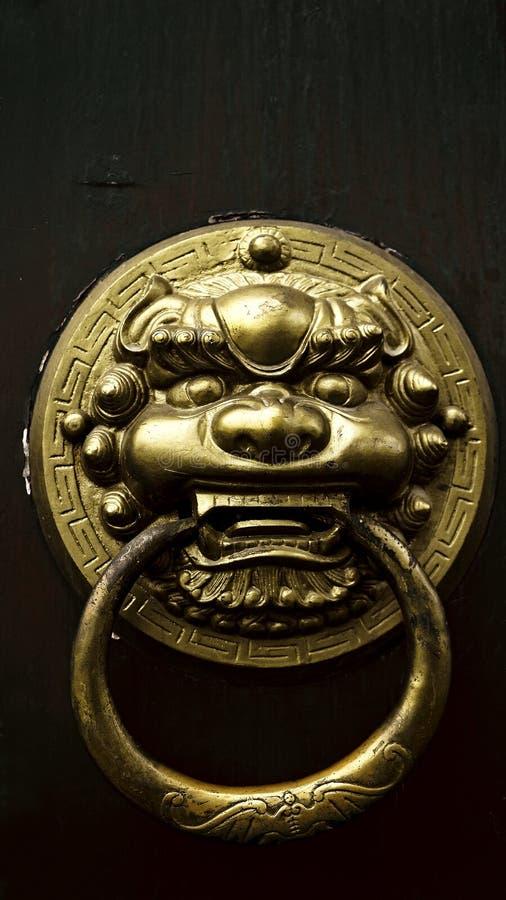 Aldrava de porta oriental antiga fotos de stock royalty free