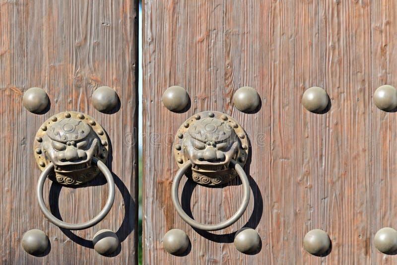Aldrava de porta oriental antiga imagens de stock royalty free