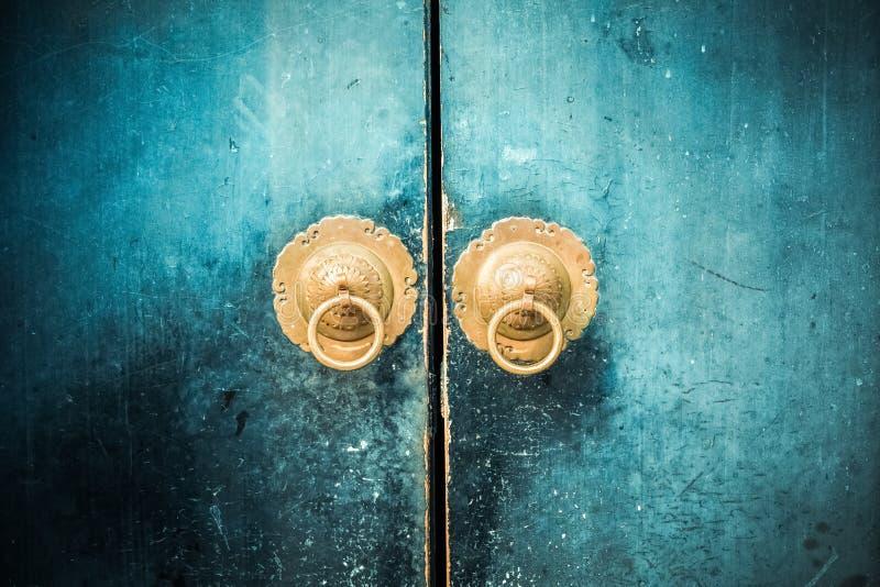 Aldrava de porta oriental antiga fotografia de stock