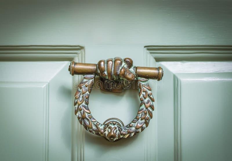 Aldrava de porta ornamentado inglesa fotografia de stock royalty free