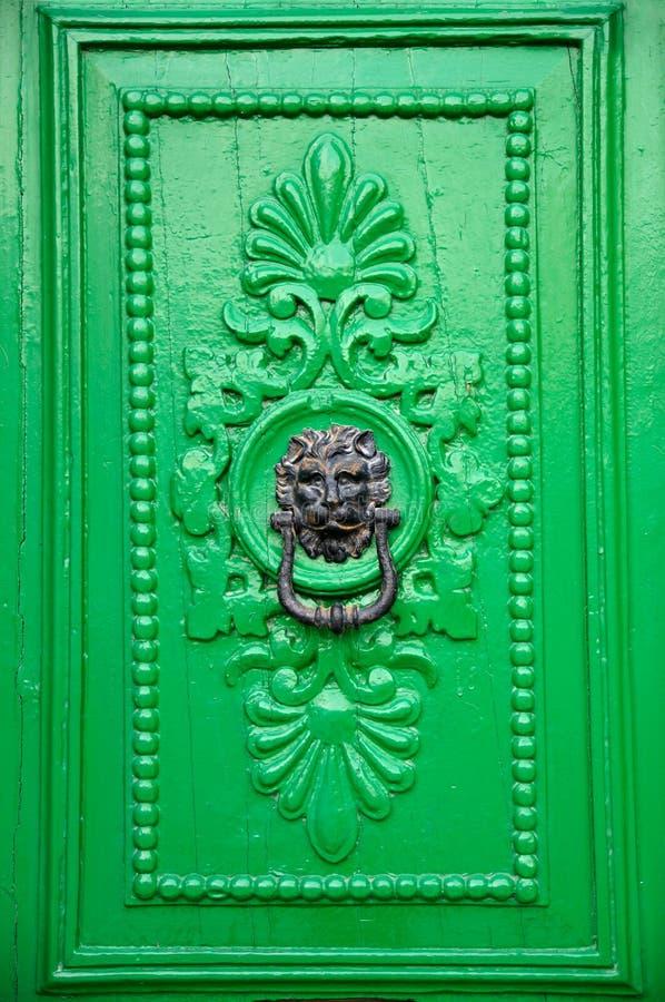 Aldrava de porta preta da cabeça do leão foto de stock royalty free