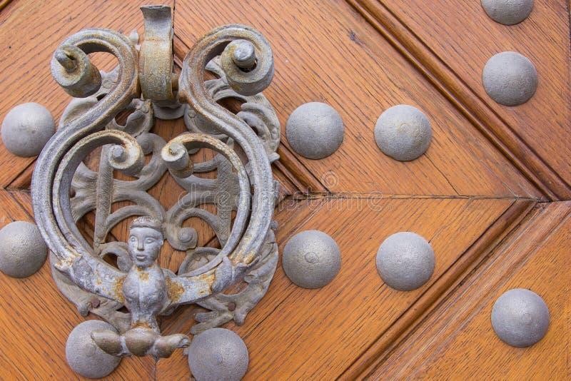 Aldrava de porta velha do metal fotos de stock