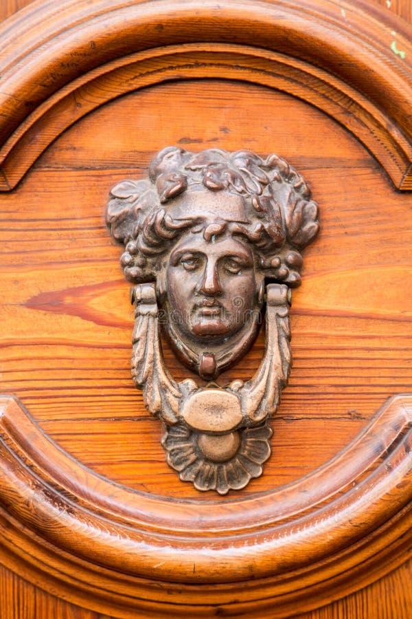 Aldrava ornamentado na porta de madeira imagens de stock royalty free