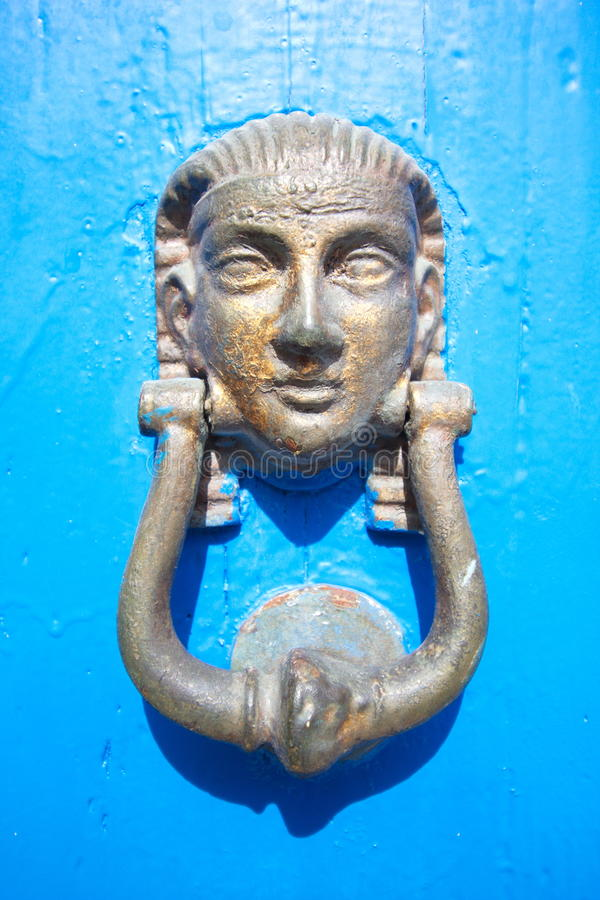 Aldravas de porta egípcias no fundo de madeira azul imagens de stock royalty free