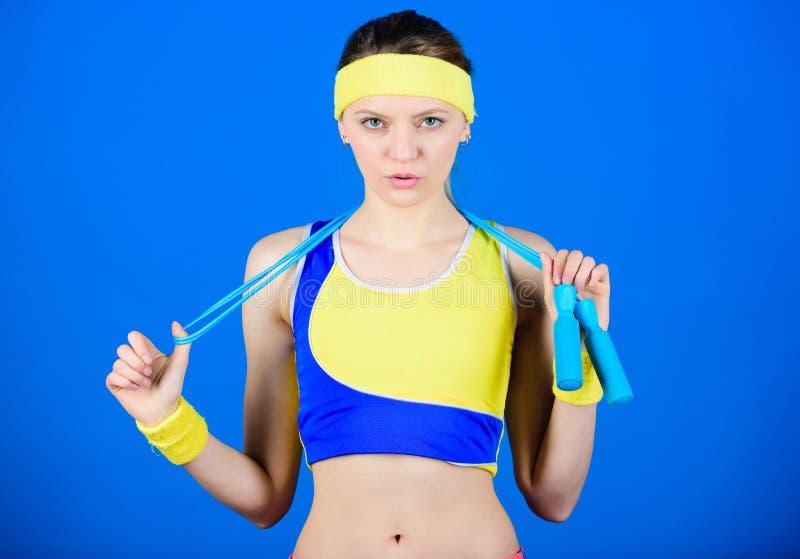 Aldrig ge upp och håll att flytta sig Hälsa bantar framgång Starka muskler och makt Sportig kvinnautbildning i idrottshall lyckli royaltyfri fotografi