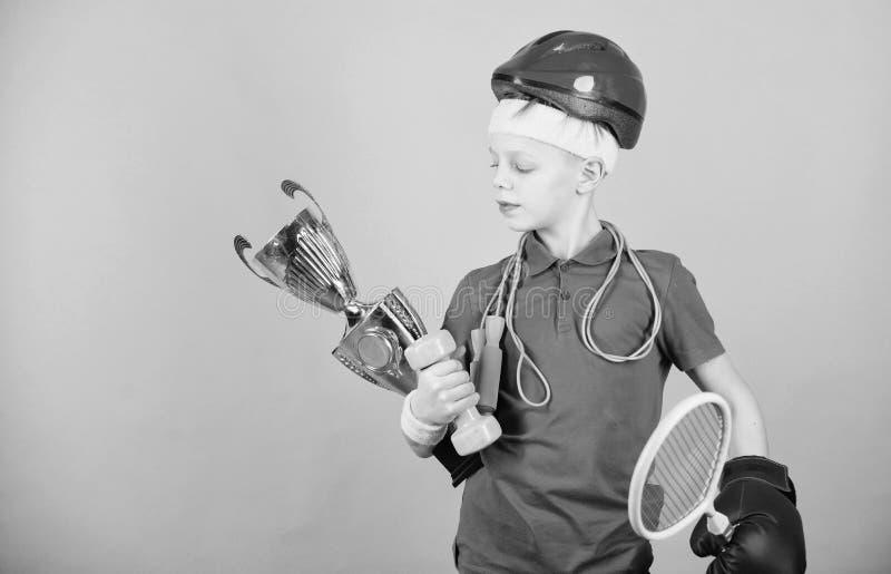 Aldrig ge upp och h?ll att flytta sig framg?ng Barndomaktivitet banta konditionen Energi Sport och h?lsa lyckligt barn fotografering för bildbyråer
