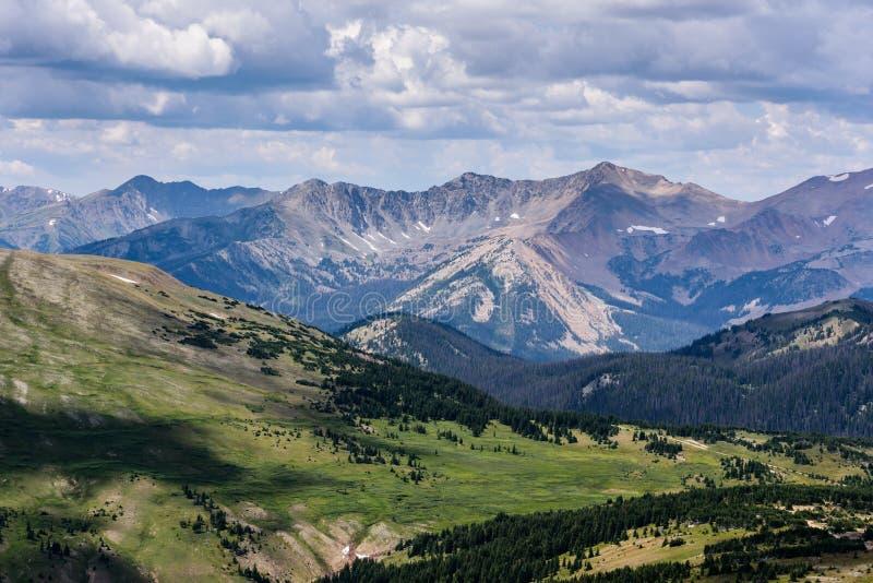 Aldrig sommarbergen av Colorado royaltyfri bild