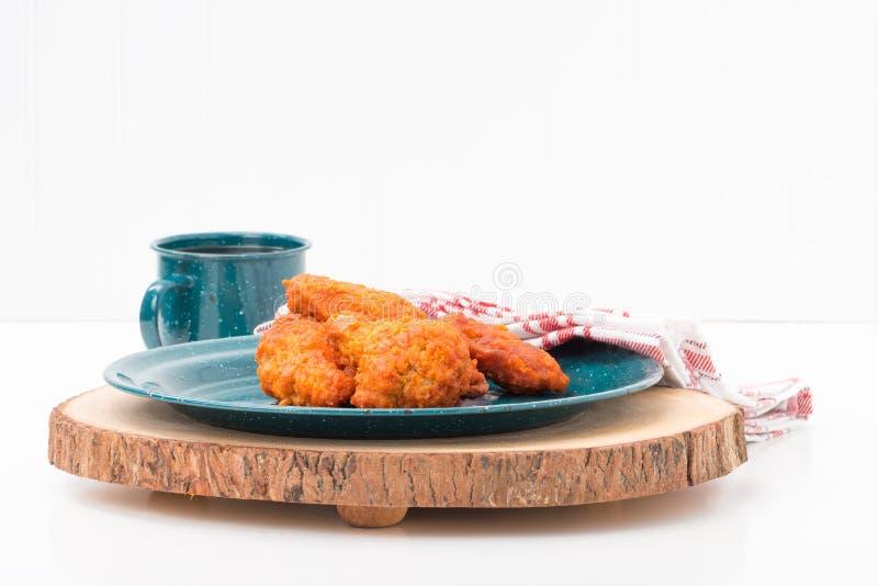 Ale di pollo fritte su Tin Plate immagini stock libere da diritti