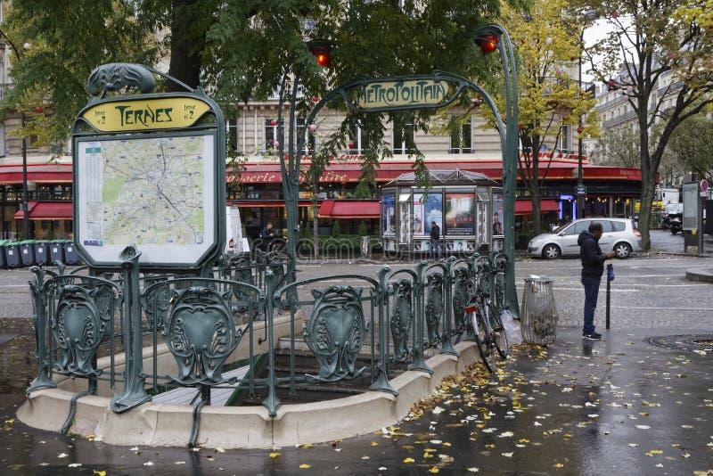 Aleaciones de plomo y estaño en el lugar del DES de la estación del metro imagen de archivo libre de regalías