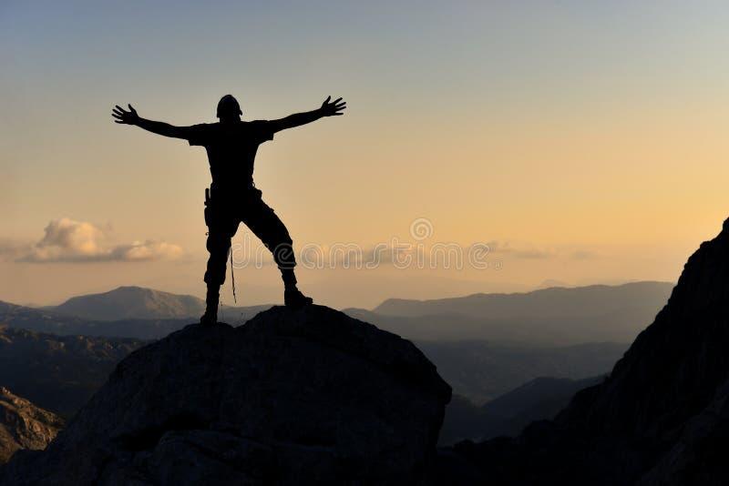 Alegría de la cumbre, logro de la meta y hombre entusiasta imagenes de archivo