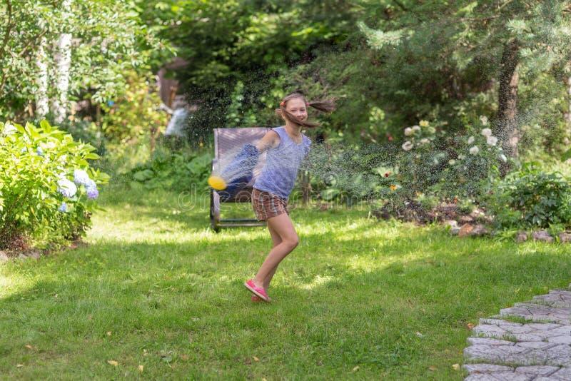 Alegría de la muchacha del verano imagen de archivo