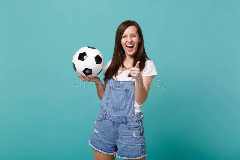 Alegría de risa del fanático del fútbol de la mujer encima del equipo preferido de la ayuda con el balón de fútbol que señala el  fotografía de archivo
