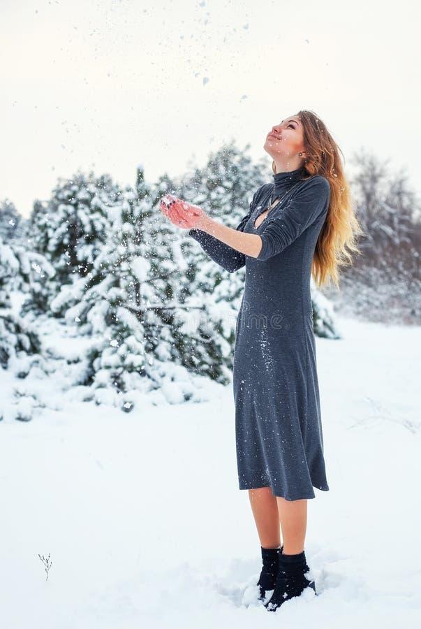 Alegría de una primera nieve en el buen tiempo del invierno del bosque fotografía de archivo