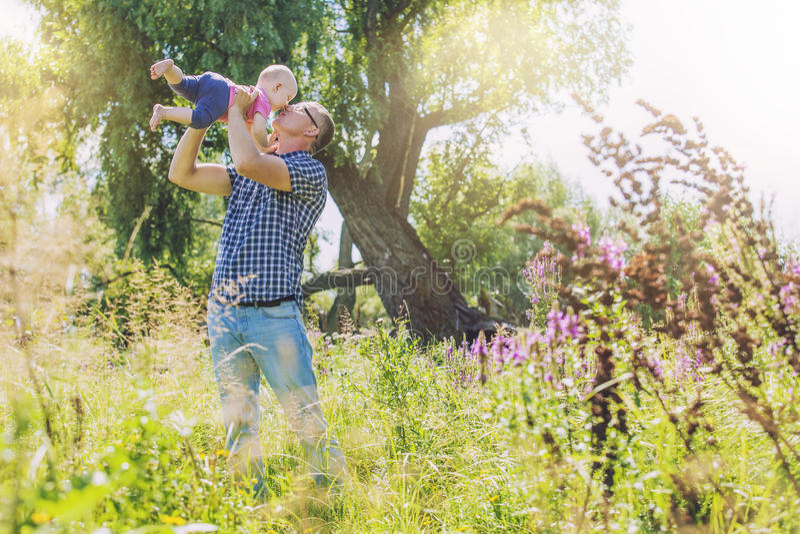 Alegría feliz de la familia del papá y de la hija en naturaleza fotos de archivo libres de regalías