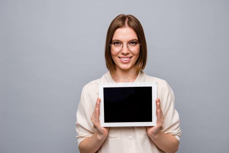 Alegría hermosa de la foto ascendente cercana ella su señora del negocio sostiene el e-lector que los brazos de manos que present foto de archivo